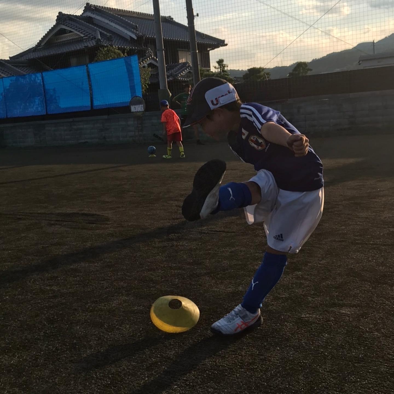 しっかりとボールの中心をミートすることと足の形を自分で意識しながら蹴る練習を楽しみにながらしました!
